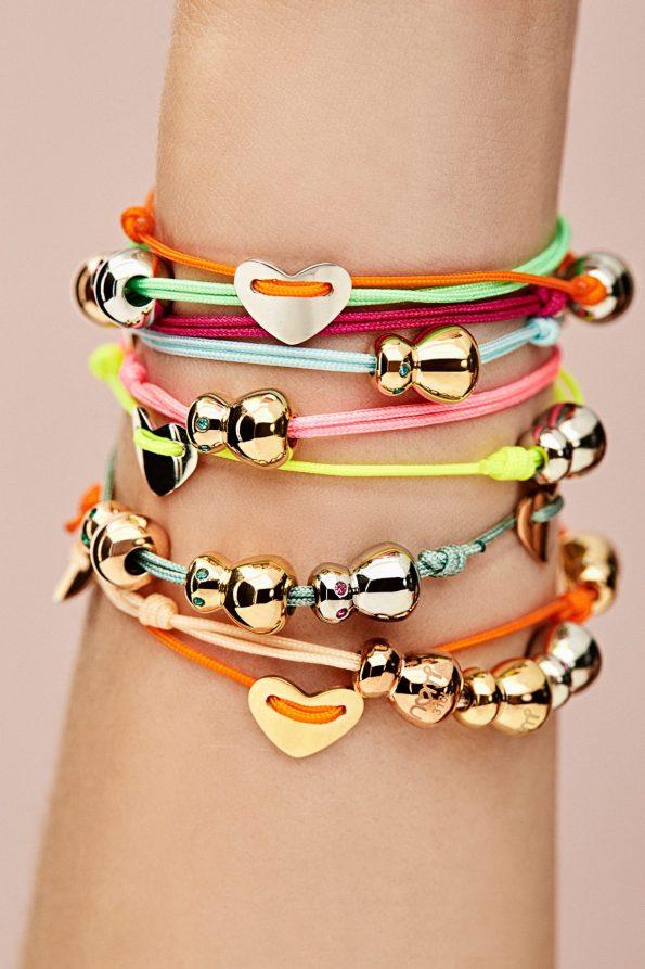 Handgelenk mit Nomi Armbänder