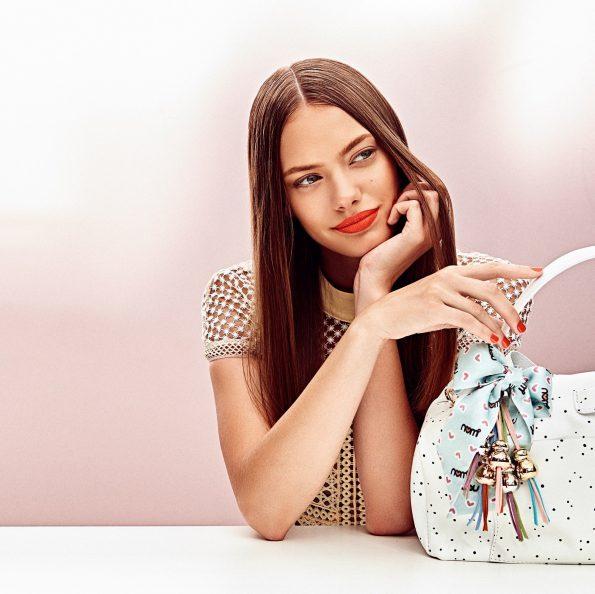 Frau mit Tasche und Nomi Vienna Bag Taschenanhänger